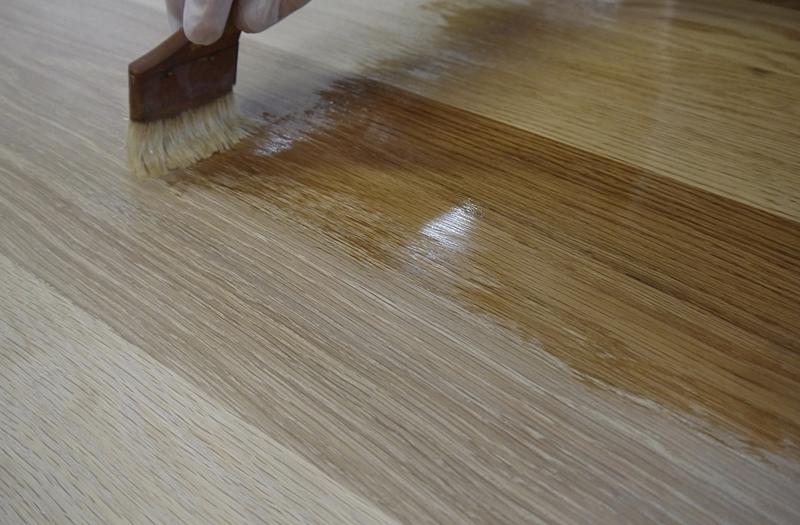 無垢材で作ったテーブルの自然素材のオイル塗装
