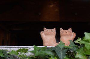工房SIMS入り口のテラコッタ製の招き猫