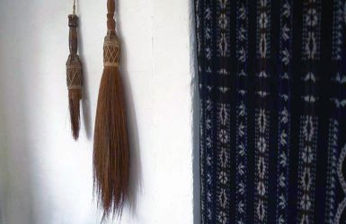 インドネシアの箒2本。使い込まれて穂先がなくなったものと新品