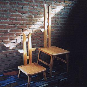 SHIMS FURNITUREが制作した楢無垢材のオリジナルデザイン天使の椅子と子どもの天使。背もたれに小さな羽がついている。