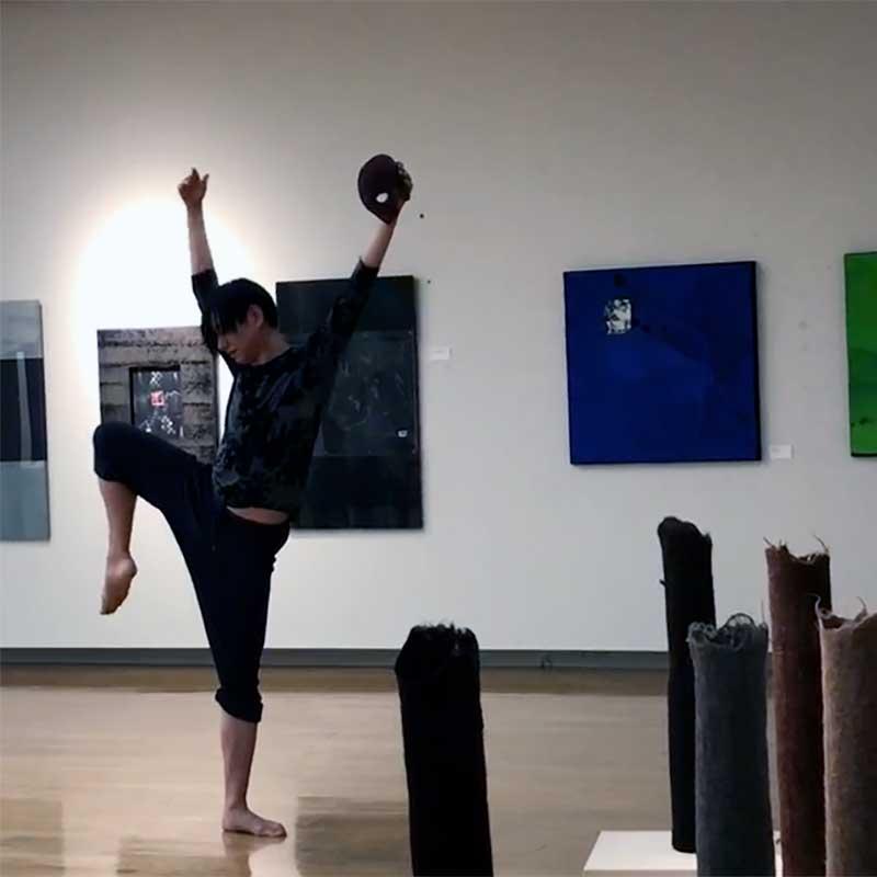 福岡アジア美術館でダンサー・タイスケが仮面を持って踊っている。