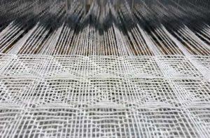 織の仕事 ワッフル織の作業中
