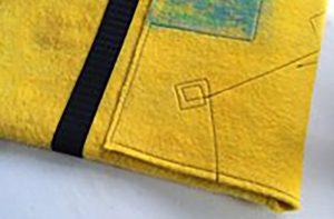 フェルトの黄色いパソコンホルダーミシンステッチの模様入り