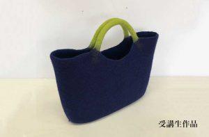 フェルトワークショプ受講生作品の紺色の本体と黄緑の持ち手の大型バッグ