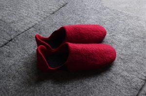 フェルトの赤いルームシューズ