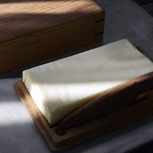樽材で作ったバターディッシュとバター