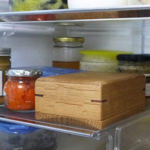 冷蔵庫に収めた200用木製バターケース