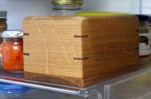 冷蔵庫の中のポンドサイズの木製バターケース
