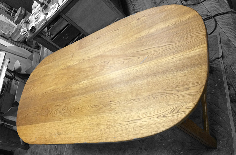 メンテナンス中の楢無垢材のダイニングテーブル