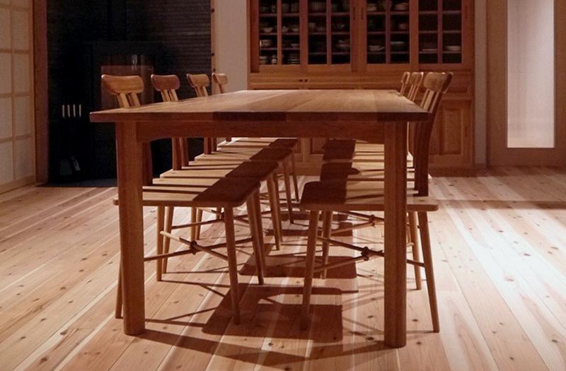 ホワイトオーク無垢材のダイニングテーブルと8客の木製椅子
