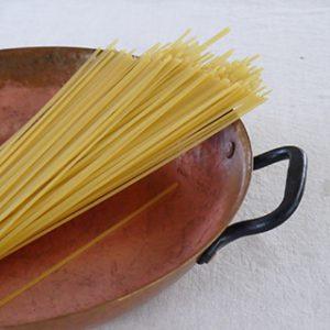 銅製パンの上の乾燥パスタ