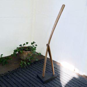 立ったまま使える高さの木製靴べら 樽材の湾曲部を使ってSHIMS FUNITURE制作 樽材の湾曲部使用して