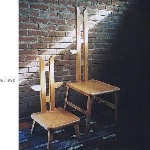 オーク無垢材で制作した木製椅子。背板に羽がついていている天使という名前の椅子。大人用と子供用の2脚